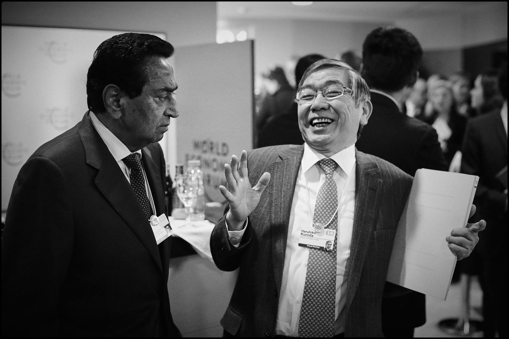 Japanese central bank chief Haruhiko Kuroda (R) and Kamal Nath leader of the Indian National Congress